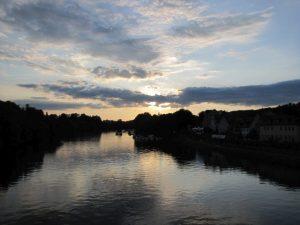 Der Fluss Donau in dem sich der Sonnenuntergang und Wolken spiegeln
