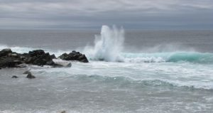 Entstoerung von Wasseradern - Tosende Welle, die sich am Fels bricht